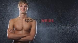 Il nuotatore Ieuan Lloyd con il culo al vento