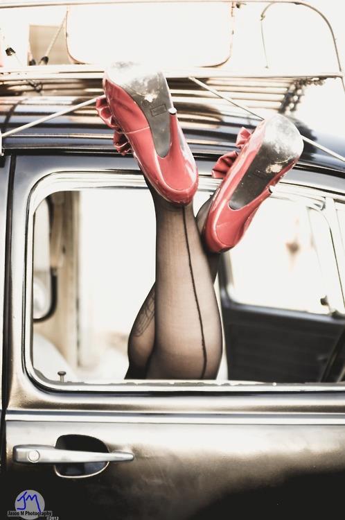 tacco a spillo scarpe rosse e calze vintage con la cucitura dietro