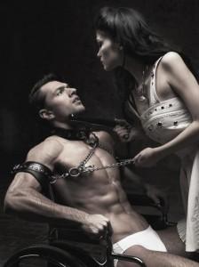 FOTO uomo legato con il collare e sodomizzato con il manganello