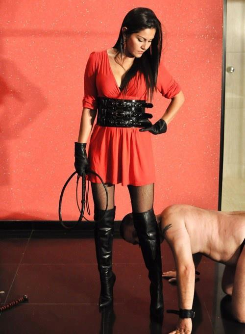 la mistress esige adorazione degli stivali dal suo schiavo