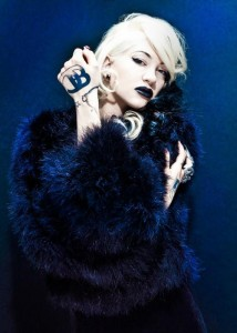 FOTO mistress bionda in blu