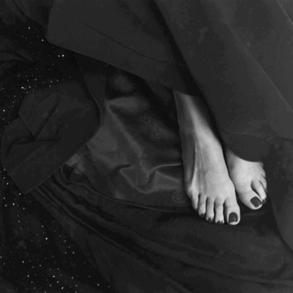 sexy piedi femminili con lo smalto