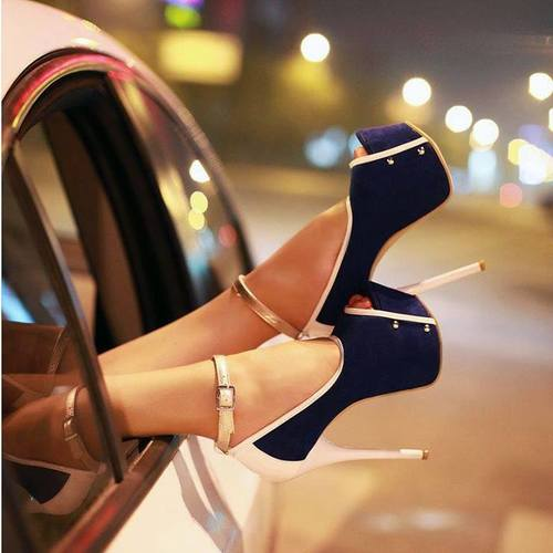 piedi fuori dal finestrino scarpe che fanno una caviglia super sexy