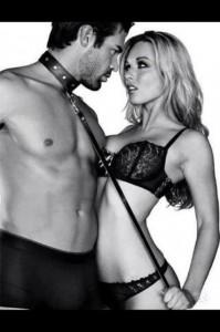 FOTO uomo al collare della sua donna gioco trasgressivo
