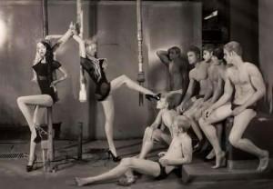FOTO due mistress in coppia con molti slave