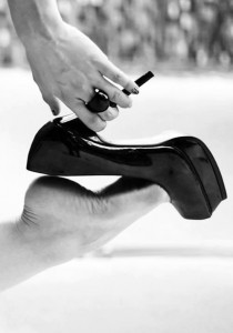 FOTO impazzisco quando la donna si leva le scarpe