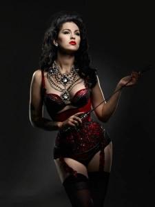 FOTO dresscode mistress padrona mora in rosso e frustino pronto
