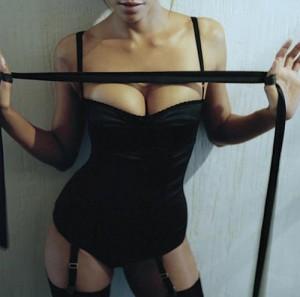 FOTO la mia donna mi sta per bendare per giochi erotici