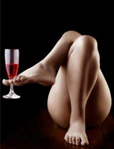 FOTO adoro i piedi delle donne eleganti qui mi serve da bere dai piedi