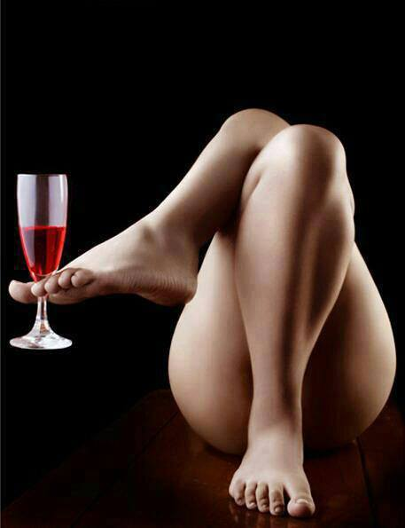 adoro i piedi delle donne eleganti qui mi serve da bere dai piedi