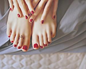 FOTO piedi femminili con anello e smalto rosso la mia passione