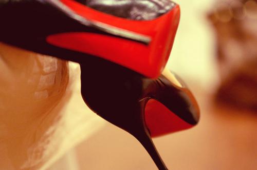 scarpe nere con suola colorata in rosso