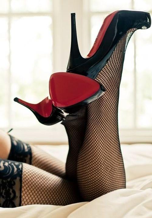 scarpe nere suola rossa e calze a rete passioni indescrivibili