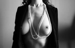 FOTO  il feticcio del filo di perle sul decoltè