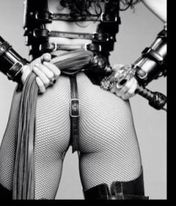 FOTO mistress autoritaria ti aspetta con le calze a rete e frustino