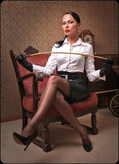 donna con il frustino aspetta nervosamente il suo schiavo