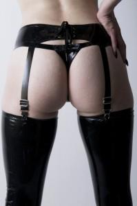 FOTO  mistress in periozoma auto reggenti e reggi calze tutto in nero my passion