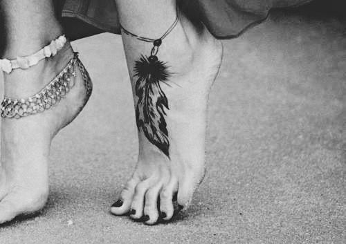 piedi con decoro tatuaggio e unghia smaltate che libidine