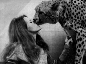 FOTO mistress senza paure coraggiosa bacia leopardo