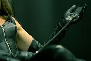 FOTO mistress aspetta slave con la frusta