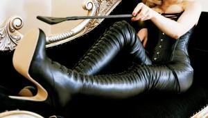 FOTO stivali neri in pelle suola colorata con la frusta