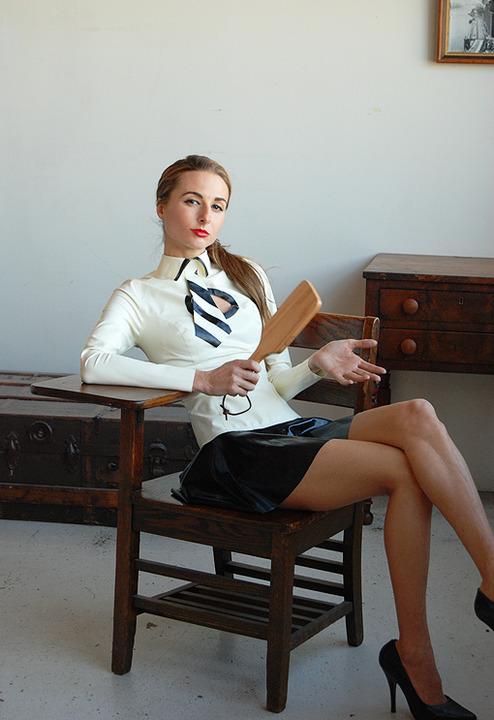 mistress in procinto per lo spanking la sculacciata con il paddle