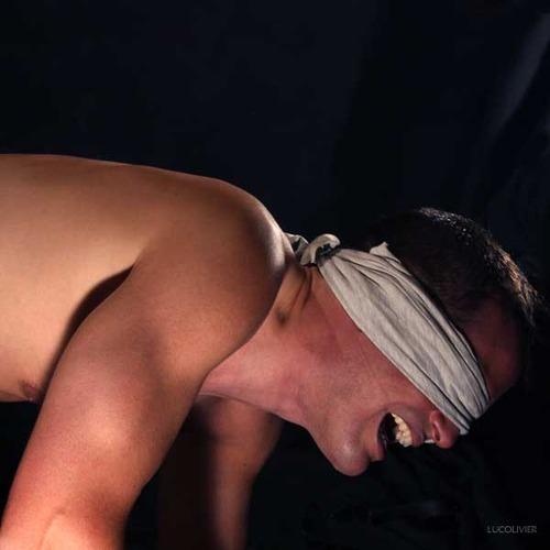uomo legato e umiliato dalla sua padrona