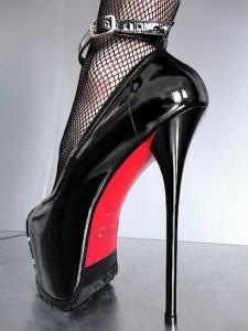 FOTO  tacco vertiginoso scarpa nera suola colorata di rosso