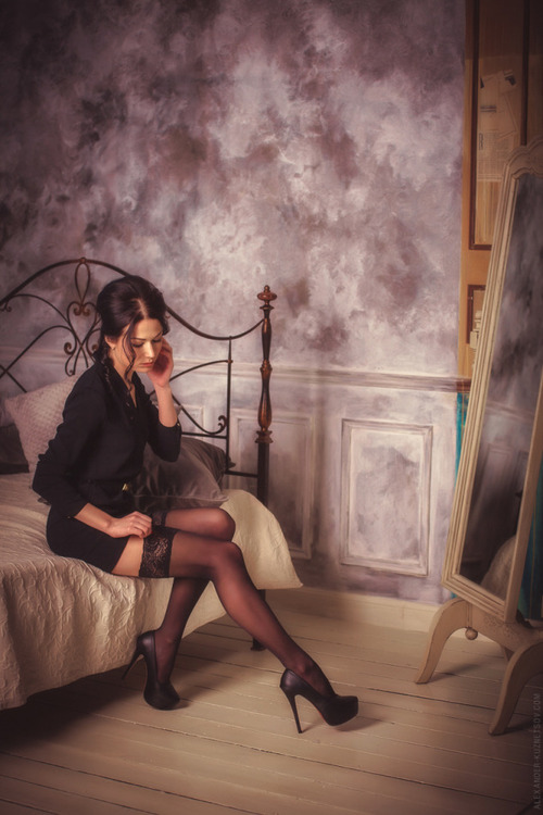 mistress vintage del passato si sistema le calze