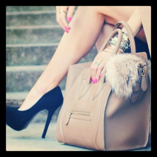 Donne con le scarpe tacco a spillo