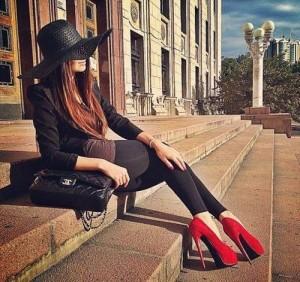 FOTO donne in pubblico con scarpe rosse tacco 12
