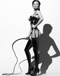FOTO severa mistress con la frusta calze e reggi calze in latex