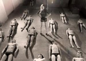 FOTO mistress con una moltitudine di schiavi da scegliere per i suoi servigi