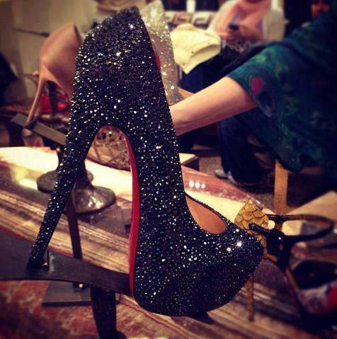 scarpe ricoperte di diamanti e tacco a spillo vertiginoso