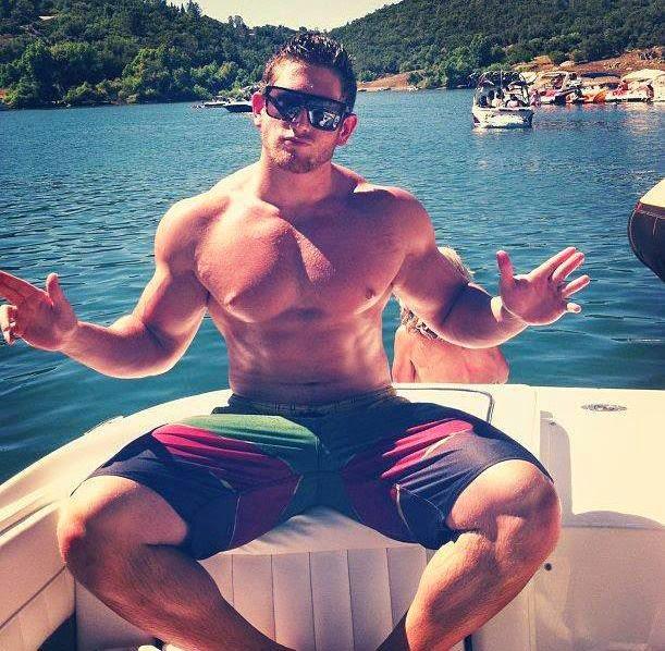 muscoloso in barca