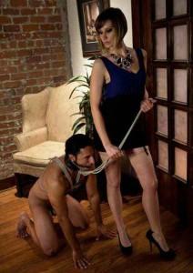 FOTO schiavo slave a guinzaglio con la sua padrona