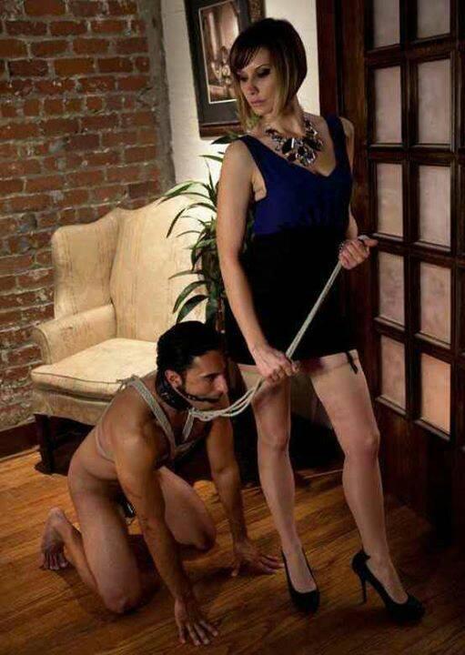 schiavo slave a guinzaglio con la sua padrona