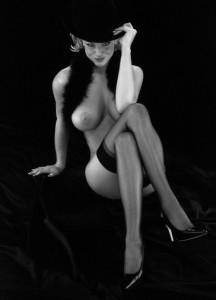 FOTO padrona nuda con indosso solo le calze che libidine