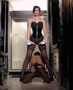 FOTO slave ai servizi della sua padrona