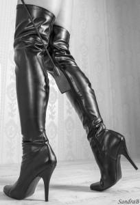 FOTO stivali neri in pelle passione feticcia