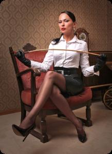 FOTO donna con il frustino aspetta nervosamente il suo schiavo
