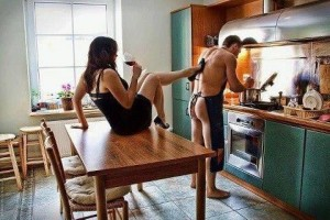 FOTO schiavo slave in cucina cameriere sottomesso alla sua padrona