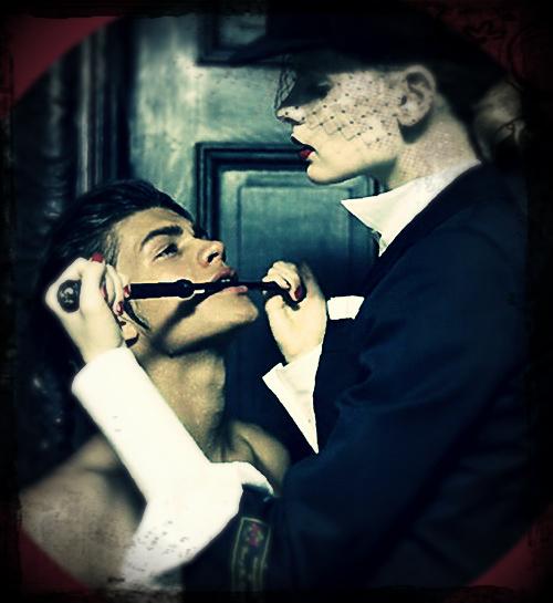 slave sottomesso alla sua padrona con la frusta