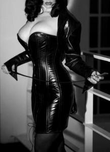FOTO mistress pin up del passato in latex tutta in nero