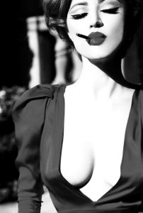 FOTO mistress sexy decoltè sexy quando fuma