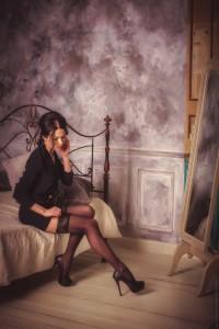 FOTO mistress vintage del passato si sistema le calze