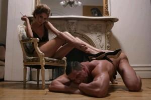 FOTO uomo zerbino che fa da poggia piedi umano alla sua padrona